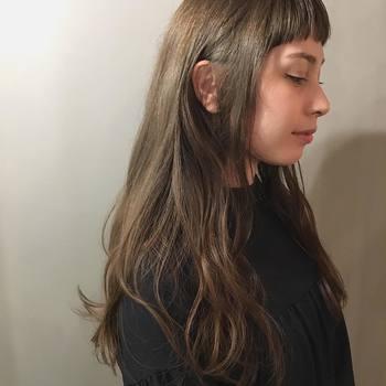 明るいカラーにすることで、一気に明るい印象に。毛先を巻いたり、パーマを当てることでさらに柔らかい空気感を纏うことが出来ます。毛先にワックスを揉み込んでスタイルを作りましょう。