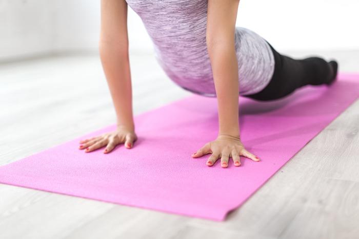 ■後屈ストレッチ 背中とヒップの引き締めや猫背対策におすすめのストレッチ。うつ伏せになって手は胸の横につき、上体を持ち上げて3呼吸ほどキープします。胸の開きや肩甲骨の寄せを意識して行うと、より効果的です。