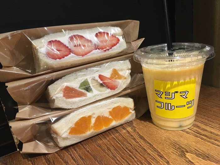 フルーツがゴロゴロと入ったサンドイッチがこちらの名物。またそれに合わせて旬のフルーツを盛りだくさんに使用した「ミックスジュース」も人気メニューです。もちろんその他にも珈琲など、サンドイッチにぴったりのドリンクも豊富に用意されていますよ。