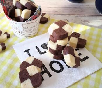 冷蔵庫で冷やし固めたあと、カットしていくアイスボックスクッキー。キレイな形のクッキーがたくさん作れるレシピです。こちらの市松模様のほかにも、渦巻き型やマーブル模様などお好みで成形してみて♪