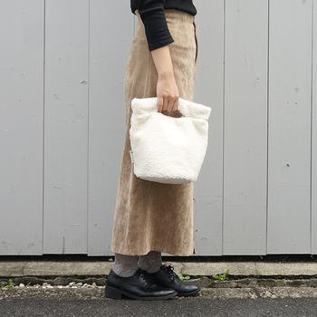 くり抜いたようなハンドルのコンパクトなくり手バッグ。ファー素材が秋冬らしくておしゃれ。