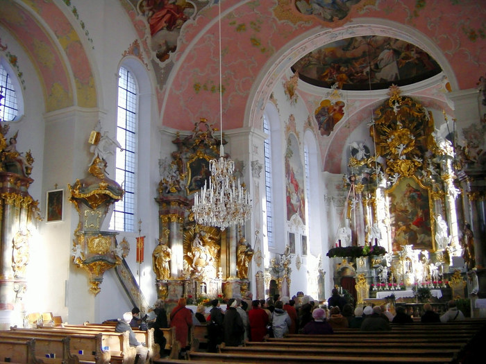 オーバーアマガウ唯一のカトリック教会も見ごたえあり。素朴な印象の外観とは打って変わり、内部は荘厳に装飾されています。一つ一つの装飾を眺めるとうっとりしてしまいそうです。