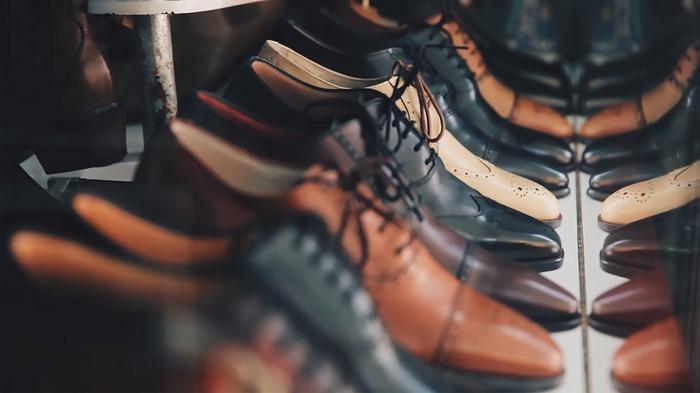 脱いだ靴は、すべてシューズボックスに入れておくのが基本。1日履いていた靴は、湿気を取るために出しておいてもよいですが、風を通したあと、履かないときは仕舞いましょう。靴が仕舞われていれば、日々の掃除もしやすくなるはずです。
