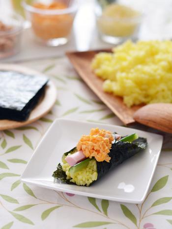 テーブルが華やかになるサフランライスは、炊飯器で。お刺身のかわりに魚肉ソーセージをのせていただきます。お手軽に手巻きを楽しみたい、休日のランチにもぴったりのレシピですね。
