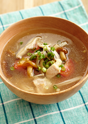 なめこ、しいたけ、えのき茸、鶏もも肉が入った具沢山の、白だしベースのやさしい味わいのスープは、ごま油とすりおろしたショウガの風味も抜群で、仕上げに加えるプチトマトと青ネギで彩りよく仕上がるので、お客様へのおもてなしスープとしても使えそう。