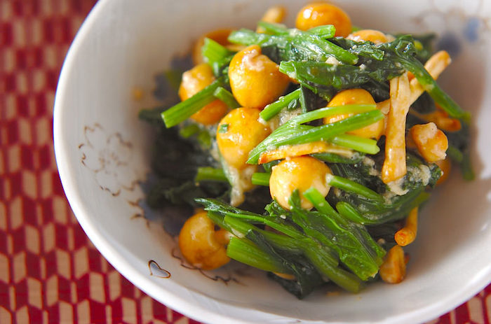なめことほうれん草、大和芋、又は長芋で作る「ホウレン草のナメコ和え」。味付けは甘酢をベースにだし汁やわさびが加わり、大人の味わいに。甘酢は作り置きしておけて、様々な料理に使えるのでお休みの日にたっぷり作っておけば色々と助けてもらえそう。