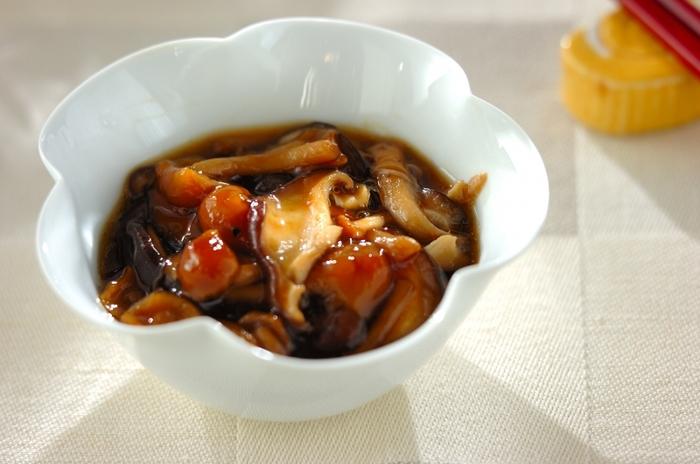 なめことシイタケを、みりんとしょうゆ、顆粒かつおダシの素のタレで煮た甘辛煮は、そのままおつまみで出すだけでなく、ご飯や冷や奴にかけて出しても美味しくいただけます。