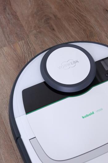 ロボット掃除機も充電しながら、出しっぱなし収納となることが多いアイテムですね。白と黒をベースにした色味のものなら、さりげなく置いておくことができます。