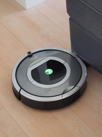 シルバーベースのルンバはすこし高級感のあるテイストになりますね。ロボット掃除機をかけるときは動線に注意して、できるだけ効率的に掃除機が動けるよう配慮してあげましょう。