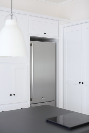 キッチンで大きな面積を占める冷蔵庫。馴染むカラーリングと設置場所にあった大きさのものをチョイスするのが重要です。一日に何度も開閉する扉は左右どちらに開くかも使いやすさにつながる大切な項目です。