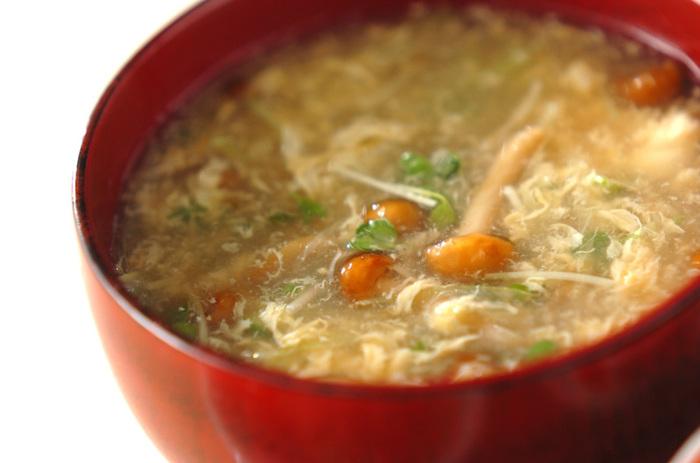 なめこ、白ネギ、貝われ菜が入った和風スープに溶き卵と片栗粉でとろみを加えた身体の芯からあったまりそうなスープは、寒い日の朝だけでなく、夕食にも◎。