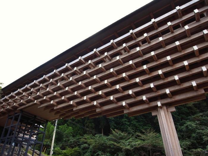 雲の上ギャラリーの渡り廊下はこのように、世界でも類を見ない、刎木(はねぎ)を何本も重ねなた架構形式の建物となっているのです。とても神秘的で、隈研吾氏を良く知らない人でも、はっと目を奪われますね。