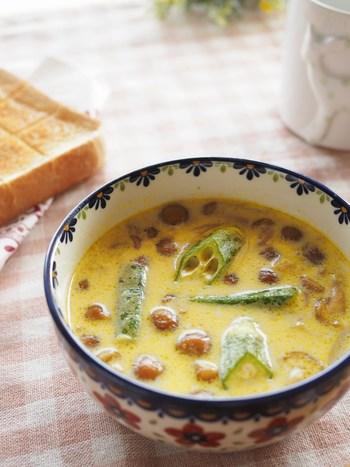 なめこ、オクラ、玉ねぎ、豚肉のこま切れ、サラダ油、カレー粉、酒、めんつゆ、牛乳などで作る、クリーミーで香りも◎の洋風スープは、なめこやオクラが苦手な子どもでも美味しく飲めるかも。