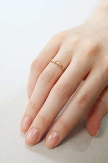 1.手を洗い清潔な状態にします。  2.爪の甘皮部分をなぞるように1本ずつネイルオイルを塗ります。  3.ネイルオイルを塗った部分を1本ずつ、反対側の指の腹を使って甘皮にオイルを浸透させることをイメージしながら円を描くようにマッサージします。  ネイルオイルを塗るタイミングは寝る直前がおすすめ◎ 寝ている間も意外と乾燥しやす指先は、手を使わない寝ている間にしっかりと保湿しておきましょう。