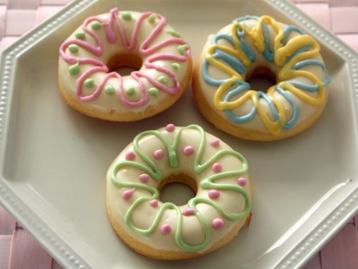 カラフルなデコレーションがかわいい焼きドーナツのレシピ。油で揚げずにオーブンで焼くので、ヘルシーなのも嬉しいポイント。好きなチョコレートでコーティングしたら、チョコペンを使ってカラフルにデザインしてみましょう!