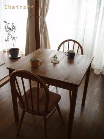 アーコールの椅子はヴィンテージ品なのでお値段はしますが、一脚で十分な雰囲気を出してくれて、それなりの価値は十分に感じられるのがすごいです。