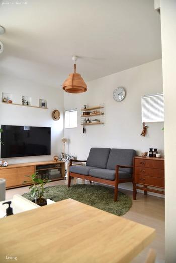 木の色味と重なり合ったシェードのデザインが北欧らしいランプシェードですね。ぬくもりを与える照明を変えるだけで、お部屋の雰囲気も変わります。
