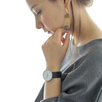すっきりとしたフォルムを持つこちらの腕時計は、最低限必要なものだけを残した無駄のないデザイン。パーツをひとつひとつ自分の手で組み立てる仕様になっているので、愛着を持って使い続けることができますね。
