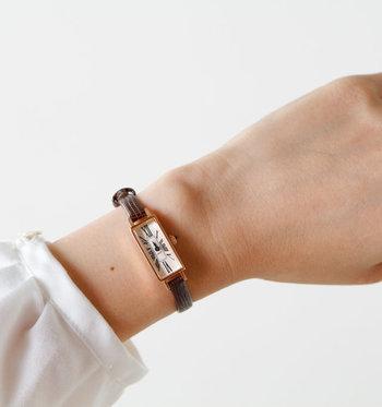 細身のレザーベルトがあしらわれた腕時計なら、ブレスレット感覚でつけられます。女性の手首に自然と馴染んでくれる縦に長いスクエアのフォルムが素敵です。