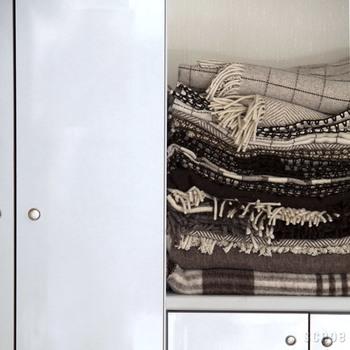純粋な羊毛から作られている毛布「ECOLA」のスロー。 羊の毛を刈り、湧水を使って洗浄し、染色する事なく羊毛の色をそのまま使い柄を織る。ポルトガルで800年以上作り続けられている純毛布です。ケミカルなことを何もしていないため、チクチクしたり、匂いもあったりと難とも思える特徴もありますが、圧倒的に「あたたかい!」。 一度使えばそんなもの超越してしまえるほど、ナチュラルでウォーミーな冬の必需品です。