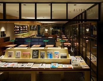 タカシマヤゲートタワーモール4階にある「アライブラリー カフェ&ブックス」は、まるで図書館みたいな本に囲まれた空間で食事やスイーツを楽しめるカフェです。
