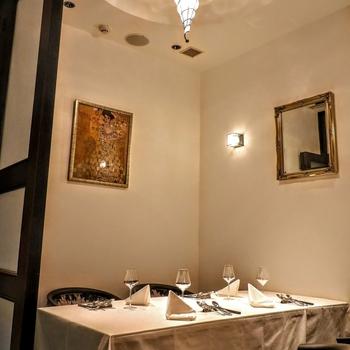 ラグジュアリーな雰囲気漂うレストラン「ビストリアギャツビー」は、名古屋駅近くにある名古屋市FirstKHビルの6階にあります。大人のムード漂うこちらでは、シェフ特製の本格料理を個室で楽しむことができます。