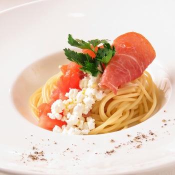「パスタランチコース」では、一皿で満足感のあるシェフ特製のパスタにスープ、サラダがセットに。