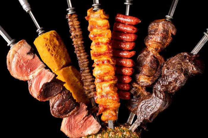 鉄串にさした牛や豚、鶏のお肉を専用のグリルで焼き上げ、ジューシーな味わいが魅力。