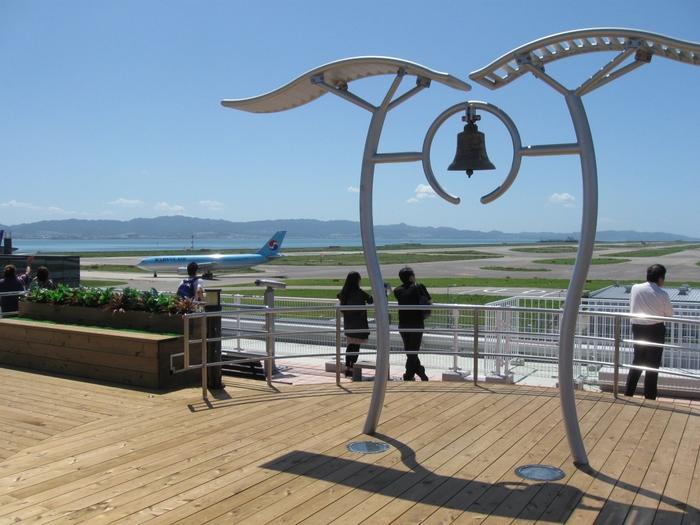 関空の人気エリアのひとつ、旅客ターミナル全体が見渡せる展望台「関空展望ホールスカイビュー」。景色が楽しめるのはもちろん機内食が食べられるレストランがあり、事前予約をすればビジネスクラスやファーストクラスの機内食も食べることができます。また「わくわく関空見学プラン」「スカイミュージアム」などのツアーもあり、飛行機に乗らない人も一日楽しむことができます。