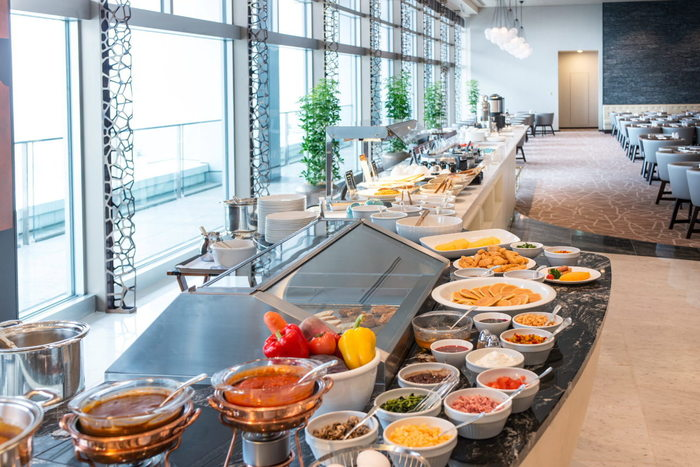 ブッフェ台が窓際に配置されているので、光がめいっぱい差し込む心地よさの中、眺望を楽しみながら料理を選ぶことができます。シェフがパフォーマンスキッチンでお料理を仕上げる目の前で焼き上げるライブキッチンも魅力です。