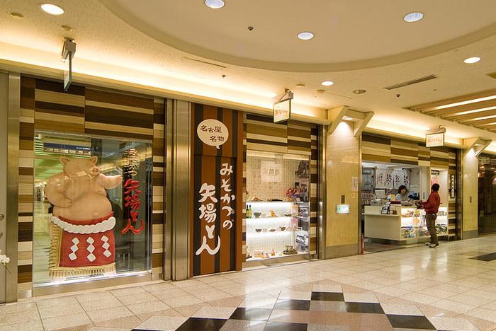 昭和22年創業の老舗の名店「矢場とん」では、名古屋名物みそかつがいただけます。こちらは、名古屋駅の新幹線口である西口駅前広場にあるエスカ店。 地下街も、名古屋名物といえるもの。迷路のように広がる街をぶらぶらするのも楽しみのひとつです。