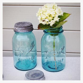 フタ付きの瓶は、フタが閉まる部分がデザインのアクセントになっておしゃれ。一輪でもサマになる花瓶に◎  海外製のソースやジャムは、かわいいデザインが多いんです。使う前にハイターやお酢でニオイを取ってから使いましょう。