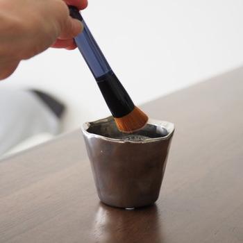 ぬるま湯に中性洗剤を2~3滴溶かし、ブラシを入れて軽くゆすって洗います。