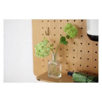 口の細い瓶も一輪挿しにぴったりです。紫陽花など大ぶりのお花を飾っても素敵ですし、レースフラワーやガーベラ等の横に広がるタイプのお花もよく似合います。
