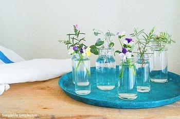 一つでは少し寂しい小さな瓶は、いくつか並べると調和して美しい風景に。  野の花のような素朴な草花もおしゃれなアレンジに変身します。