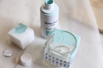 メラミンスポンジに水性塗料をしみこませて、ポンポンと叩くように塗っていきます。水性塗料はホームセンターにも販売されていますが、少量なら100円ショップでも手に入りますので探してみると良いでしょう。