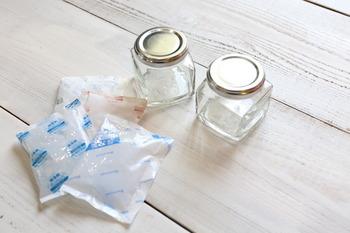 ケーキやアイスを買った時についてくる保冷剤、実は消臭剤としても使えるんです。空き瓶を可愛くリメイクして、オリジナルの消臭剤を作ってみましょう。
