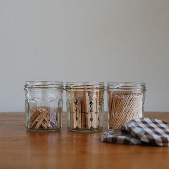 ジャムの小瓶は数が揃えやすいので、きれいに並べて小物入れに。ピンチや爪楊枝を入れておけば、引き出しの中でバラバラにならずにスッキリ整理できますね。