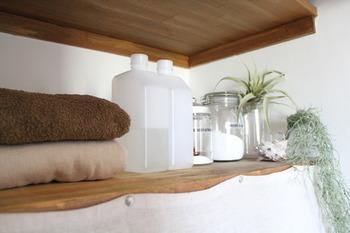 色味がバラバラで雑然とした印象になりやすい洗面所は、洗剤を詰め替えるだけでスッキリした雰囲気に。塗料のボトルに洗剤を詰め替えるアイデアはぜひ真似してみたいですね!