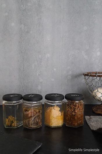 密生性が高い瓶は、ジャムなど食品の保存容器として昔から重宝されてきました。  もともと入っていた食品を食べ終わったら、ドレッシングやペーストなど、手作りの調理料入れとしても活躍。  冷蔵庫の中の乱雑な印象もなくなります。同じ形の瓶をストックしておくと詰め替えに活用でき、中が見えるのも便利です◎  使う前の消毒をしっかりと行うことを忘れないようにしましょう。