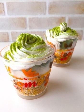 抹茶のグリーンとポップな器が可愛らしいミニパフェは、市販の抹茶ケーキとカリカリのグラノーラの歯ざわりがポイントです。ホイップ缶は溶けやすいので、食べる直前に絞り出すほうが形がキレイに保てます。