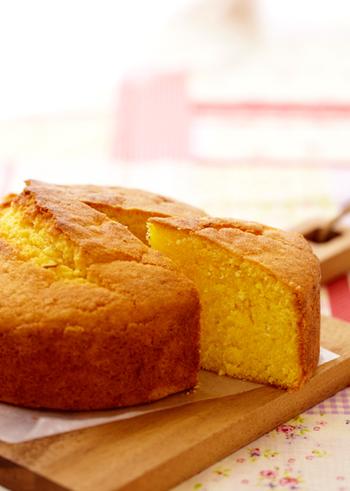 シンプルな材料で作るキャロットケーキ。スパイスを使っていないので、お子さんのおやつに良さそうですね。削ったレモンの皮を加えて風味良く焼き上げるのがポイントです。
