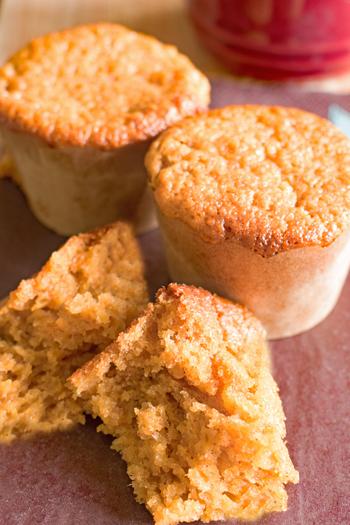 にんじんの皮のまますりおろして加えたケーキです。  ワンボウルで作れるので、お菓子作りに慣れていない方でも気軽にチャレンジできます。ふんわり香るシナモンがアクセントに。