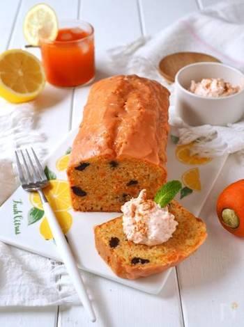 ケーキ、アイシング、クリームのすべてににんじんを混ぜ込んだ、まさににんじん尽くしのケーキです。アイシングのオレンジ色がとても可愛いですね。レーズンは湯通ししてふっくらと仕上げましょう。