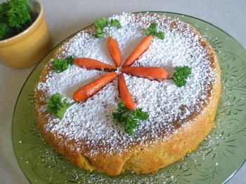 粉砂糖とキャロットグラッセでデコレーションしたケーキは、海外風でとても可愛いですね!粉砂糖は溶けやすいので、ケーキが完全に冷めてから振るのがポイントです。