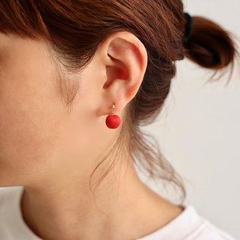 アクセサリーも身に付けやすいアイテムですよね。例えば真っ赤なイヤリングやピアスなら、顔のトーンも明るく見えるはず。普段から相手の好みをチェックしておくと、デザインも選びやすくなりますよ。