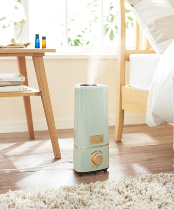 空気が乾燥する今の時期は、加湿器は必須アイテムと言えます。特に就寝時の寝室は、湿度計などを使って一定の湿度が保たれるようにするのがポイント。湿度の目安は40~60%で、40%を切らないように注意しましょう。