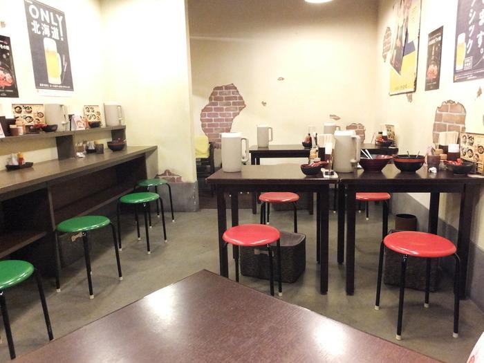 丸イスがあったりと、昭和レトロな気持ちになれる店内。カウンター席もあるので、1人での入店もしやすいですね。
