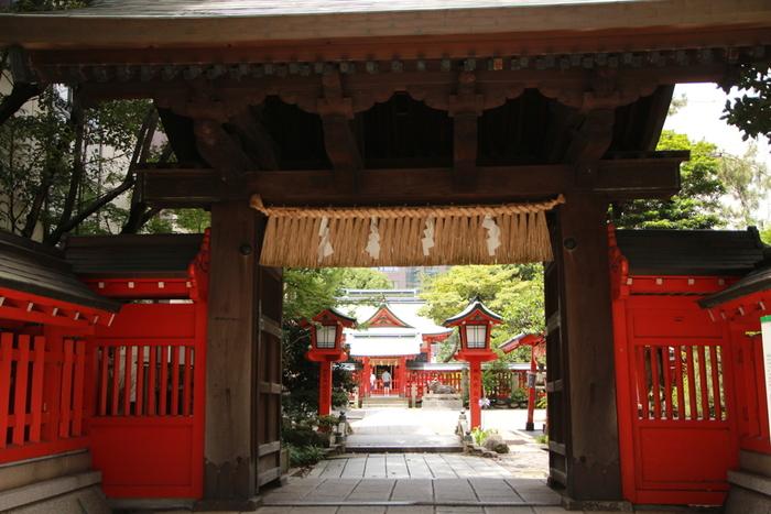 天神駅から歩いて5分ほどの場所にある「水鏡天満宮」。天神の地名の由来ともなっている菅原道真を祀る神社です。夏や秋にはお祭りもあり、多くの地元民が訪れています。朱塗りの社殿の美しさが際立ち、海外からの旅行者も多い神社です。