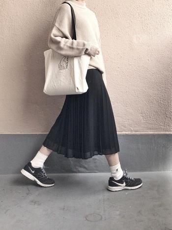 ベージュニットに、やわらかなプリーツスカートを合わせた可愛らしいファッション。黒のランニングシューズが、絶妙な甘辛バランスを演出。足元軽やかに颯爽と歩きたくなりますね。